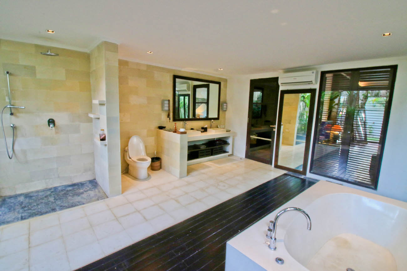 Guest bathroom with big bath tub, shower and complete facilities
