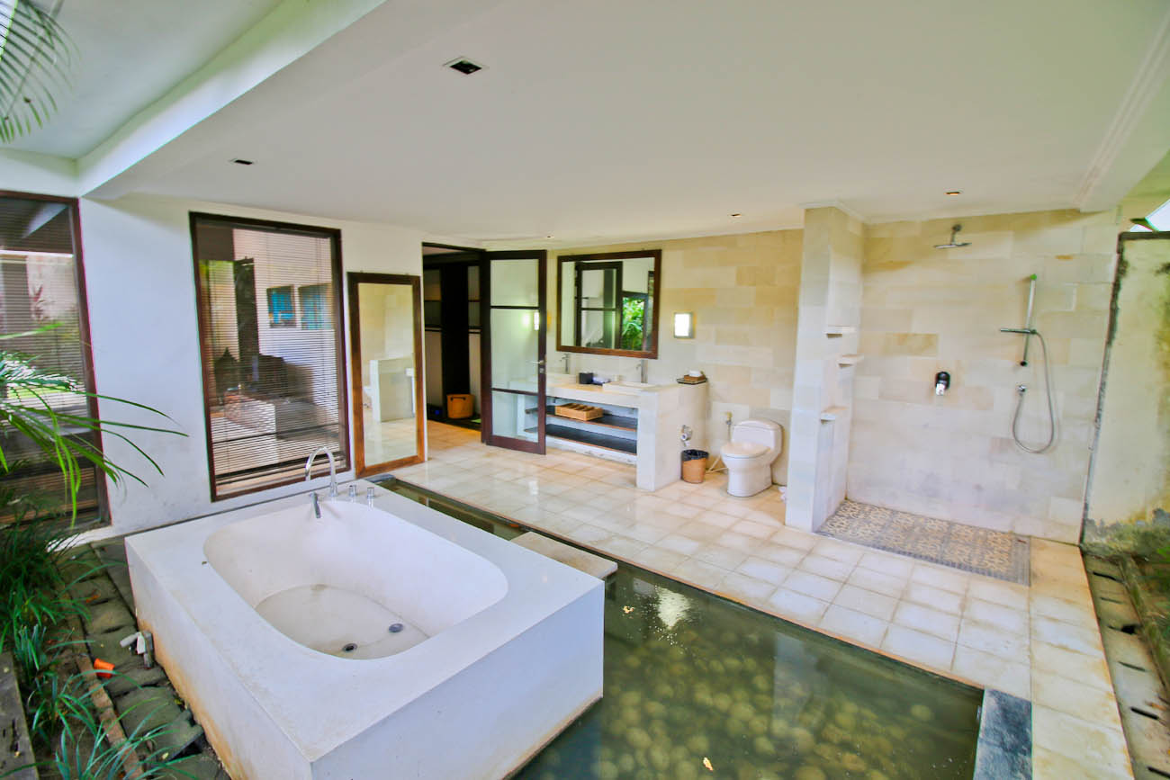 Guest bathroom with big bath tub, shower and complete facilities hot and cold water